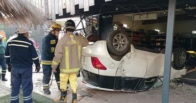 La Nación / Grave accidente en Villa Elisa: ocupantes del vehículo salieron ilesos y prueba de alcotest dio positivo
