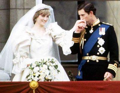 Subastan torta de bodas de Carlos y Diana