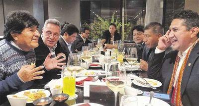 Evo en Perú: lo acusan de negociar con ministros acuerdos energéticos