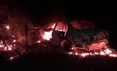 Llamativo incendio de vehículo en un patio baldío de Pdte. Franco