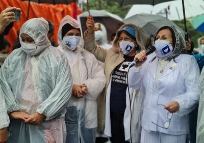 Enfermeros se manifiestan en reclamo de cumplimiento de ley de carrera profesional