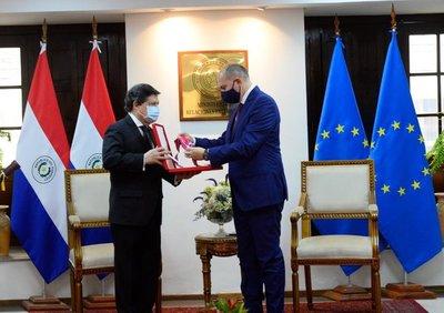 Condecoraron a embajador de la Unión Europea por término de misión