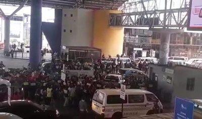 Mototaxistas atropellan zona primaria del Puente de la Amistad