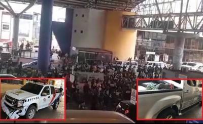 Mototaxistas destrozan camionetas de Aduanas por enojo ante reductores