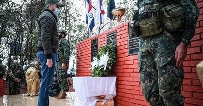 La Nación / Mario Abdo se solidariza con familiares de víctimas de secuestro y militares caídos