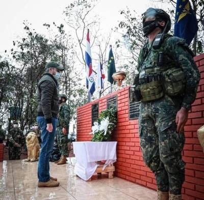 """""""Nuestra democracia tiene amenazas permanentes"""": Abdo en homenaje a los militares caídos"""