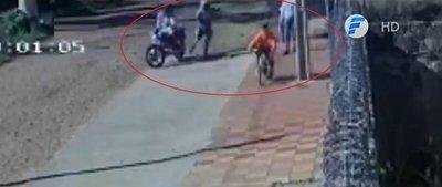 Motochorros atacan a una mujer y a su hijo