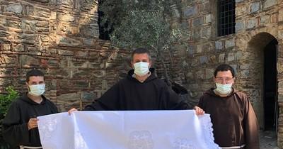 La Nación / Tejedoras de Itauguá: mantel de ñandutí luce en altar de santuario en Turquía