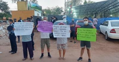 La Nación / Vecinos de Lambaré se manifiestan frente a iglesia por alta polución sonora