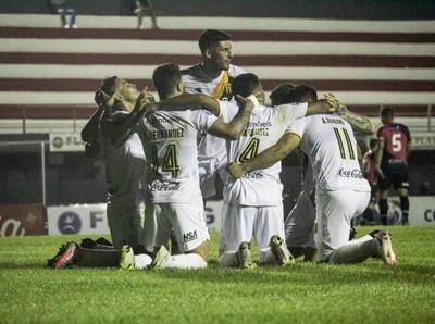 Guaraní con goleada se aleja en la punta del Clausura
