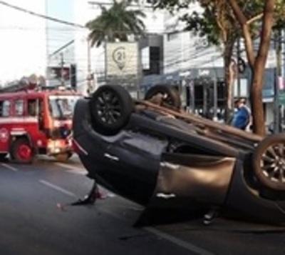 Cruza en rojo y protagoniza aparatoso accidente en Villa Morra