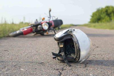 Un hombre murió tras caer de su motocicleta