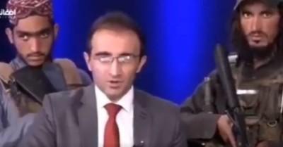 """El impactante video de un presentador afgano rodeado de talibanes armados para """"tranquilizar"""" a la población"""