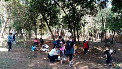 Fans paraguayas celebran la carrera de Alejandro Sanz con plantación de árboles