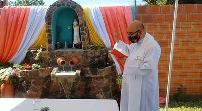 Familia de policía construye gruta en honor a Santa Rosa