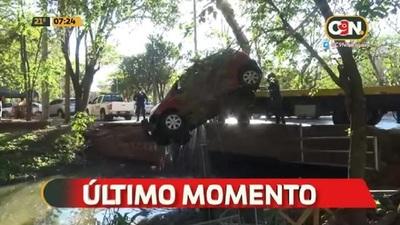 Sacan vehículo que cayó de un puente