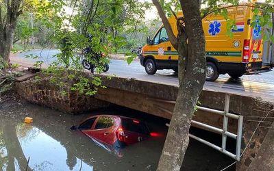 Perdió el control de su vehículo y cayó a un arroyo
