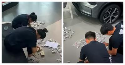Un padre compra un automóvil a su hijo y paga con 17 sacos de monedas