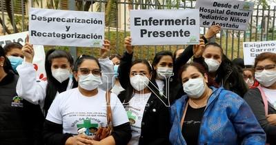 La Nación / Enfermeros continúan reclamos por inicio de carrera profesional