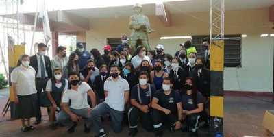 Estudiantes rinden homenaje a cuerpo de bomberos