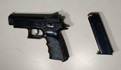 """Caen adictos que """"tortolearon"""" vehículo de agente policial y llevaron su arma"""
