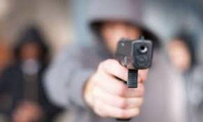A punta de pistola obligan a médico a transferir dinero