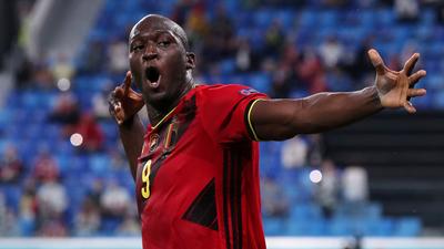 Bélgica remonta, golea y es líder