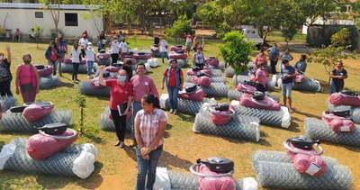 Familias de Tekoporã de Central reciben insumos para huertas