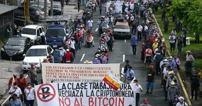 La Nación / Salvadoreños rechazan bitcóin y prefieren seguir usando el dólar