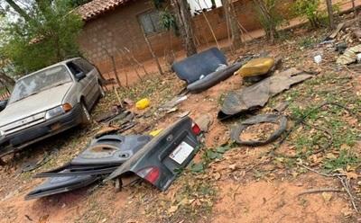 Delincuentes cortan cuatro vehículos y se llevan en partes