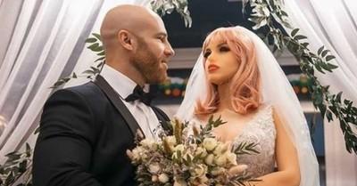 """Hombre que se """"casó"""" con muñeca sexual ahora se enamoró de un cenicero"""