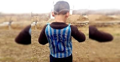Niño que se hizo una camiseta de Messi con una bolsa plástica pidió ayuda para salir de Afganistán