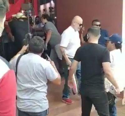 Paraguayo Cubas irrumpe acto político a cintarazos y agrede a dos personas