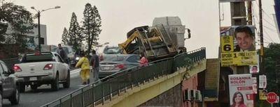 Tráiler se desprende en pleno viaducto y causa accidente de tránsito