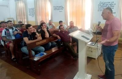 Exjugador brinda curso de director técnico a internos de Tacumbú