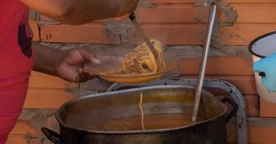 La Nación / Ollas populares: realizan feria de ropas usadas para seguir alimentando a niños del Bañado