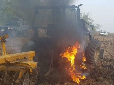 Queman tractores durante ataque del grupo armado