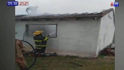 Rayo cae sobre vivienda y genera incendio voraz