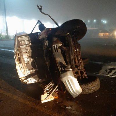 Aparatoso choque y vuelco de vehículos deja tres heridos