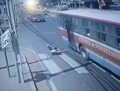 Someterán a cirugía a joven que cayó de un bus tras ser asaltada · Radio Monumental 1080 AM