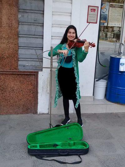 Joven sanlorenzana encanta con su violín en microcentro de Asunción