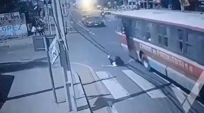 Crónica / [VIDEO] Cayó del micro persiguiendo a ladrón, está grave