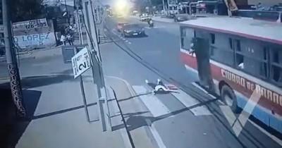 La Nación / Imputan a asaltante y chofer tras caída de joven de un bus
