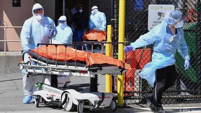 Las muertes diarias por COVID-19 en EEUU subieron 131% en agosto, reportan