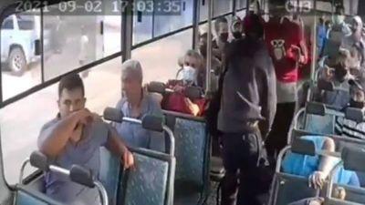 Divulgan video del asalto a pasajeros de un bus en Asunción