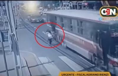 Imputan a sospechoso de asalto y chofer tras caída de joven de bus