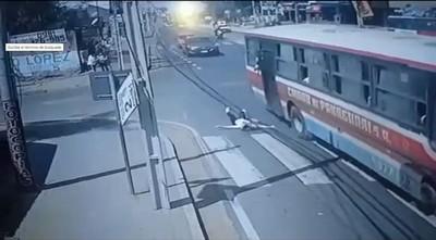 Pasajera se arroja de bus para recuperar su teléfono: detienen a ladrón y a chofer