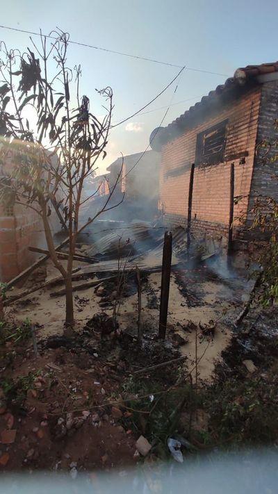 Fuego consume una precaria casa en San Antonio
