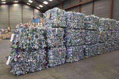El plástico le cuesta al mundo 3,7 billones de dólares al año