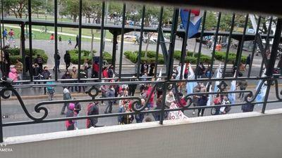 Ciudadanos se manifiestan ante el Consulado en Rosario
